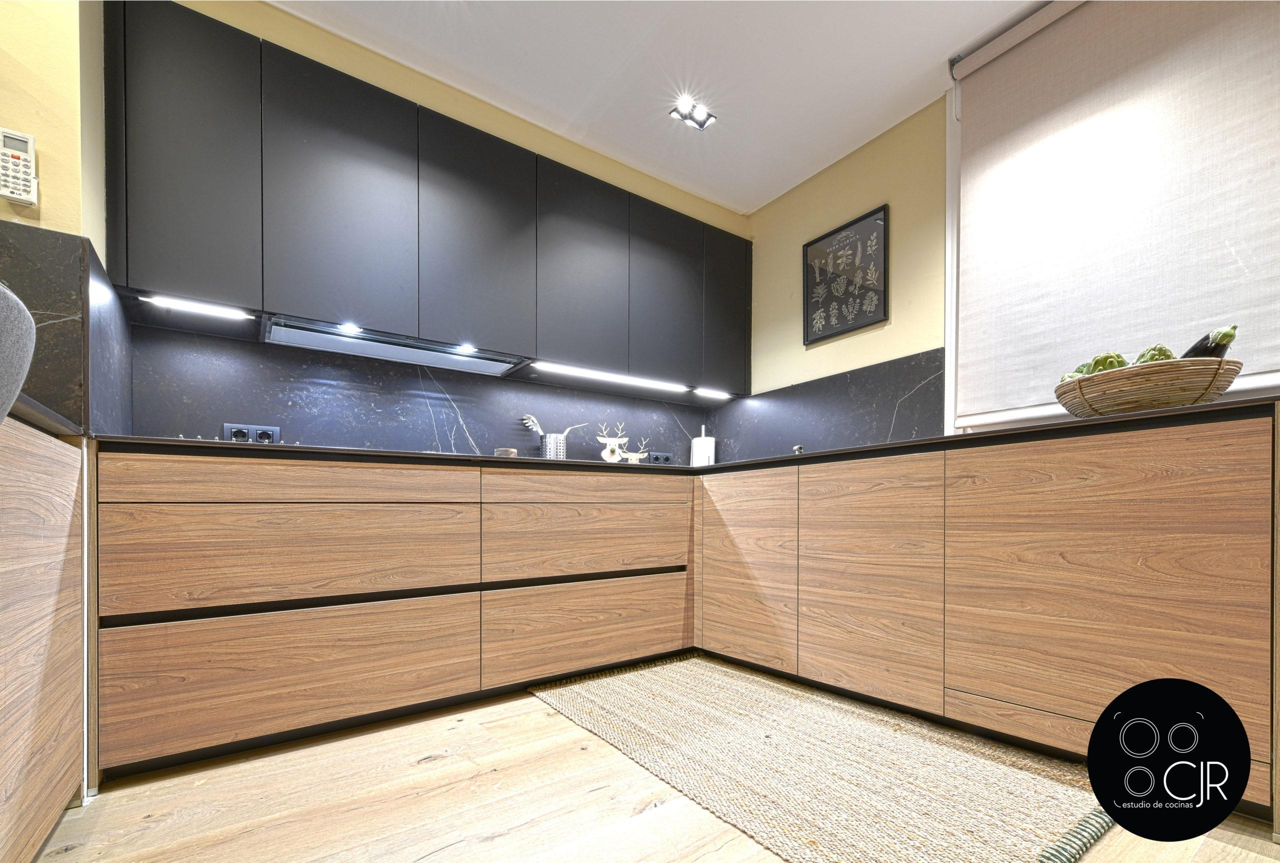 Angulo inferior de la cocina moderna negra y madera