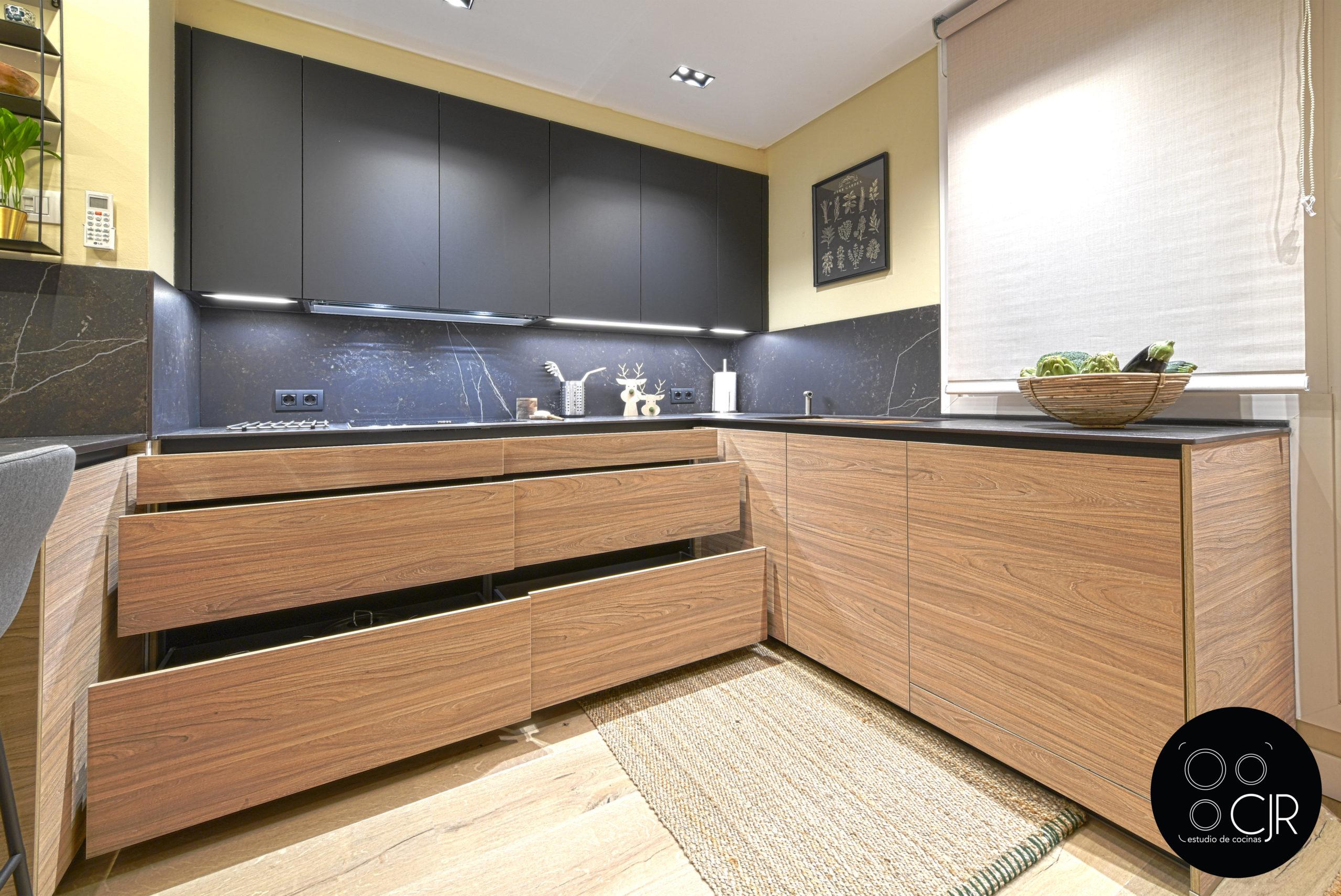 Cajonera inferior en cocina moderna negra y madera