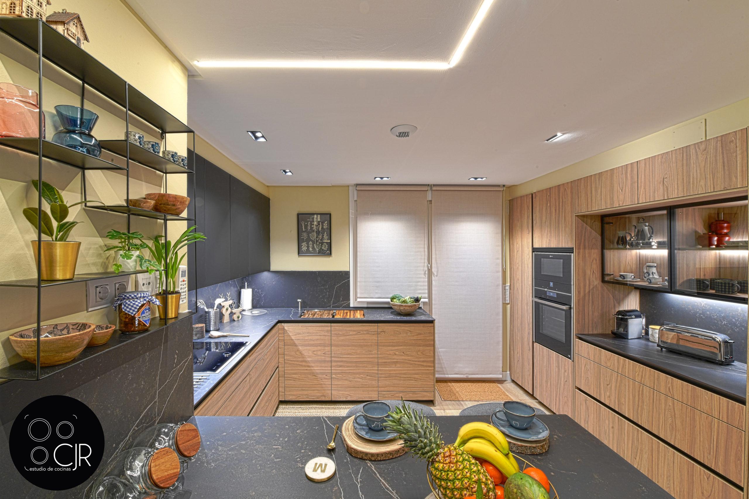 Vista frontal cercana de cocina moderna negra y madera