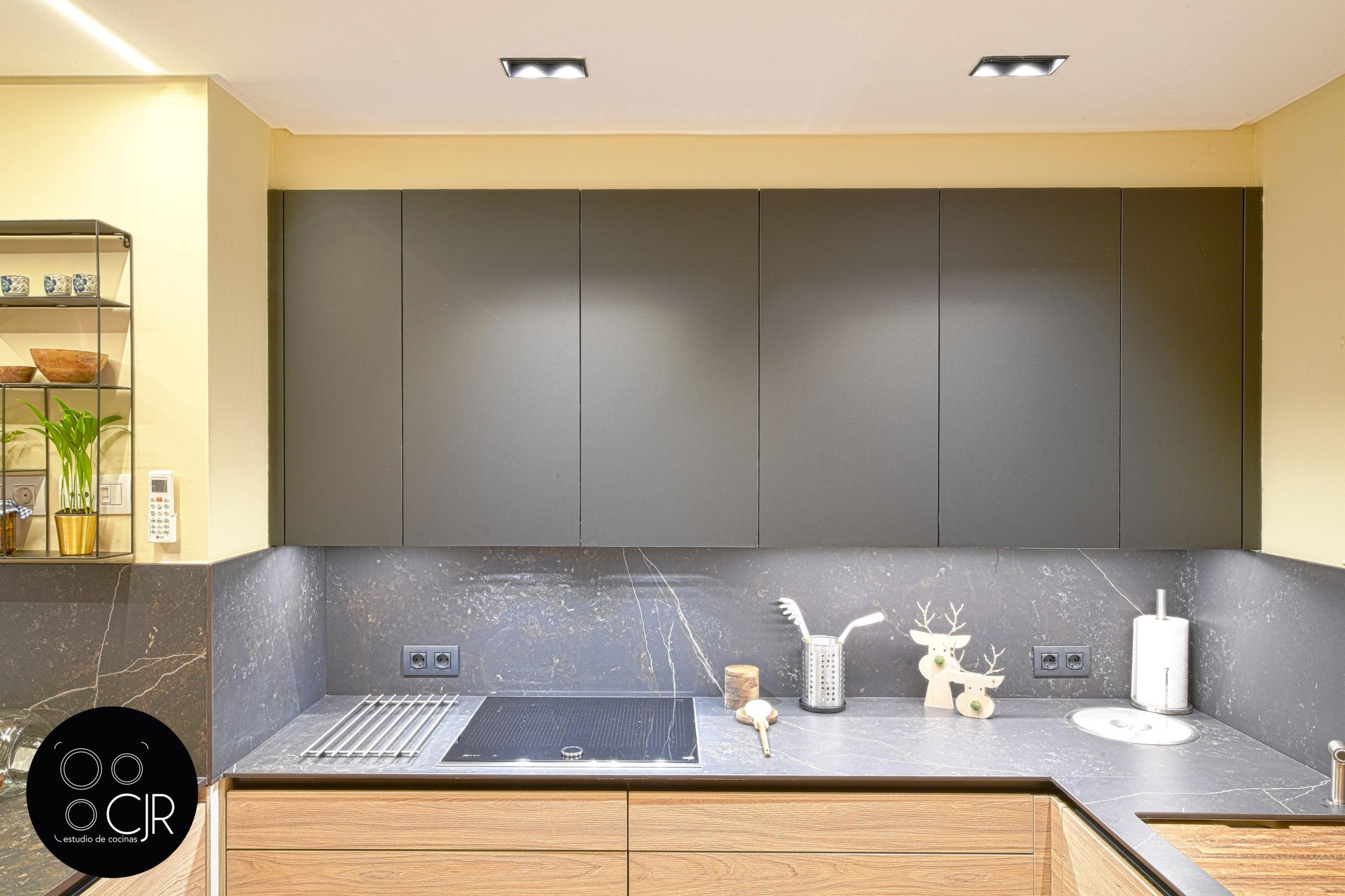 Frontal cajones altos de cocina moderna negra y madera