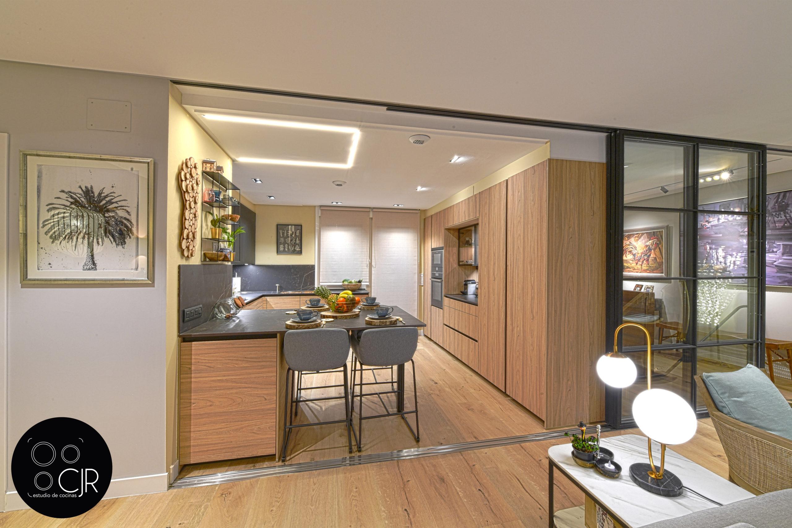 Vista alejada de la cocina moderna negra y madera