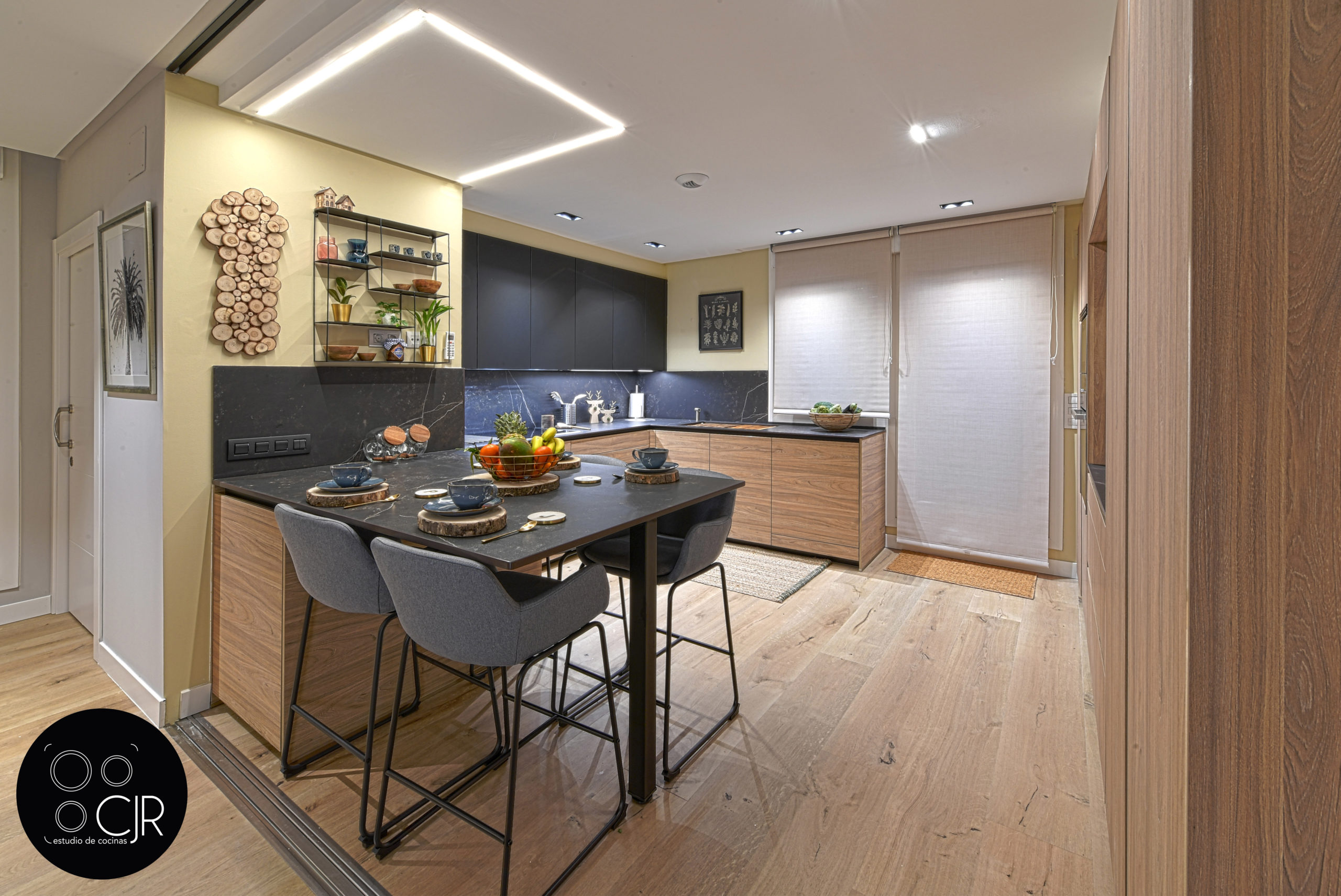 Otro angulo de visión de cocina moderna negra y madera