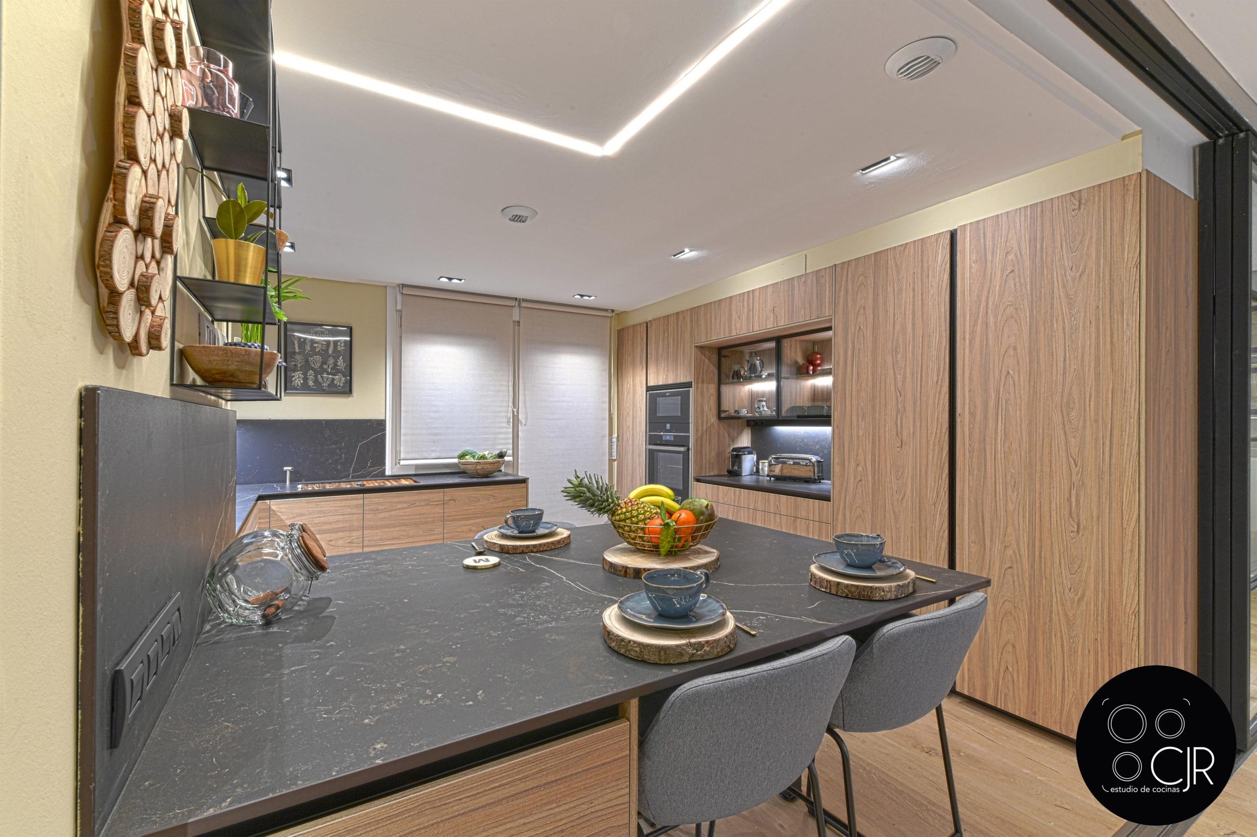 Vista general cocina moderna negra y madera
