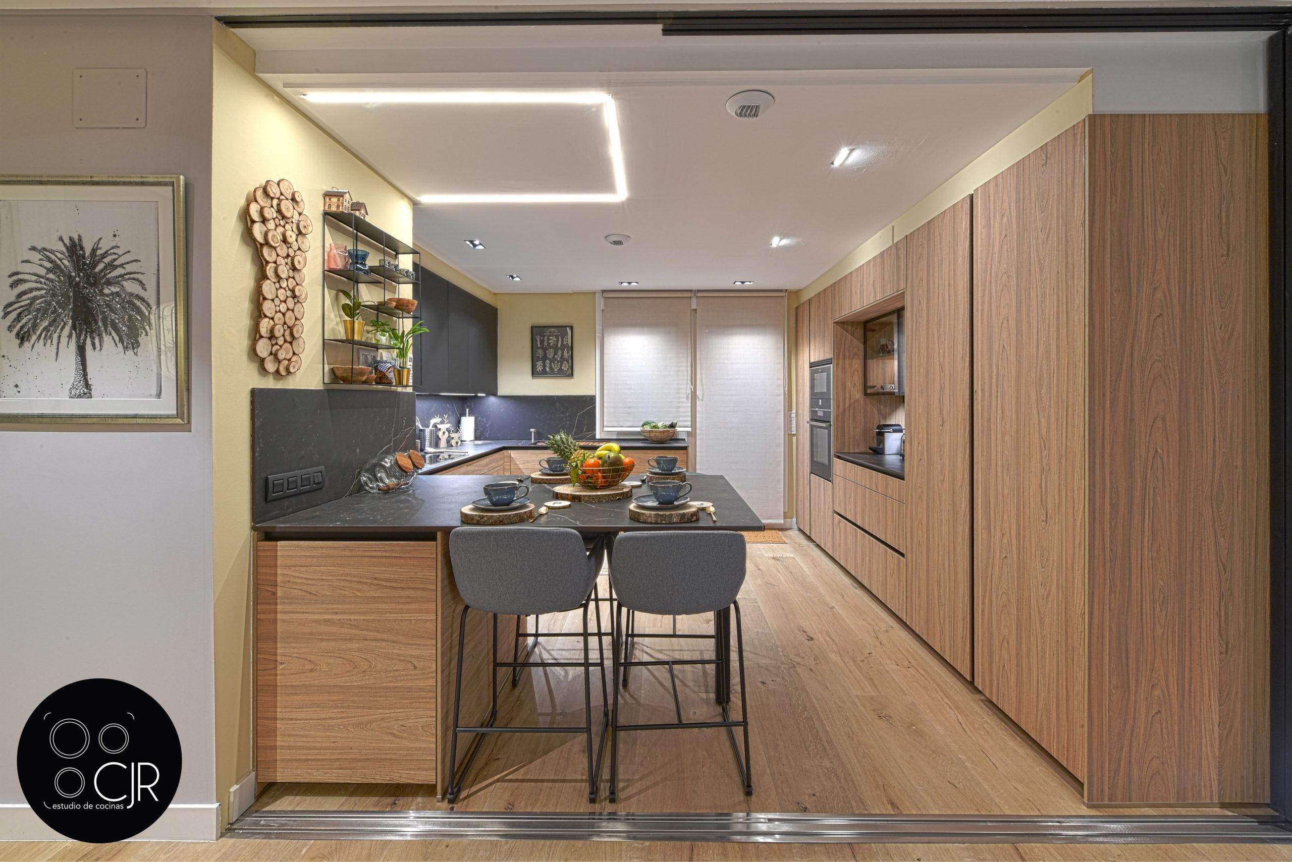 Vista frontal en cocina moderna negra y madera