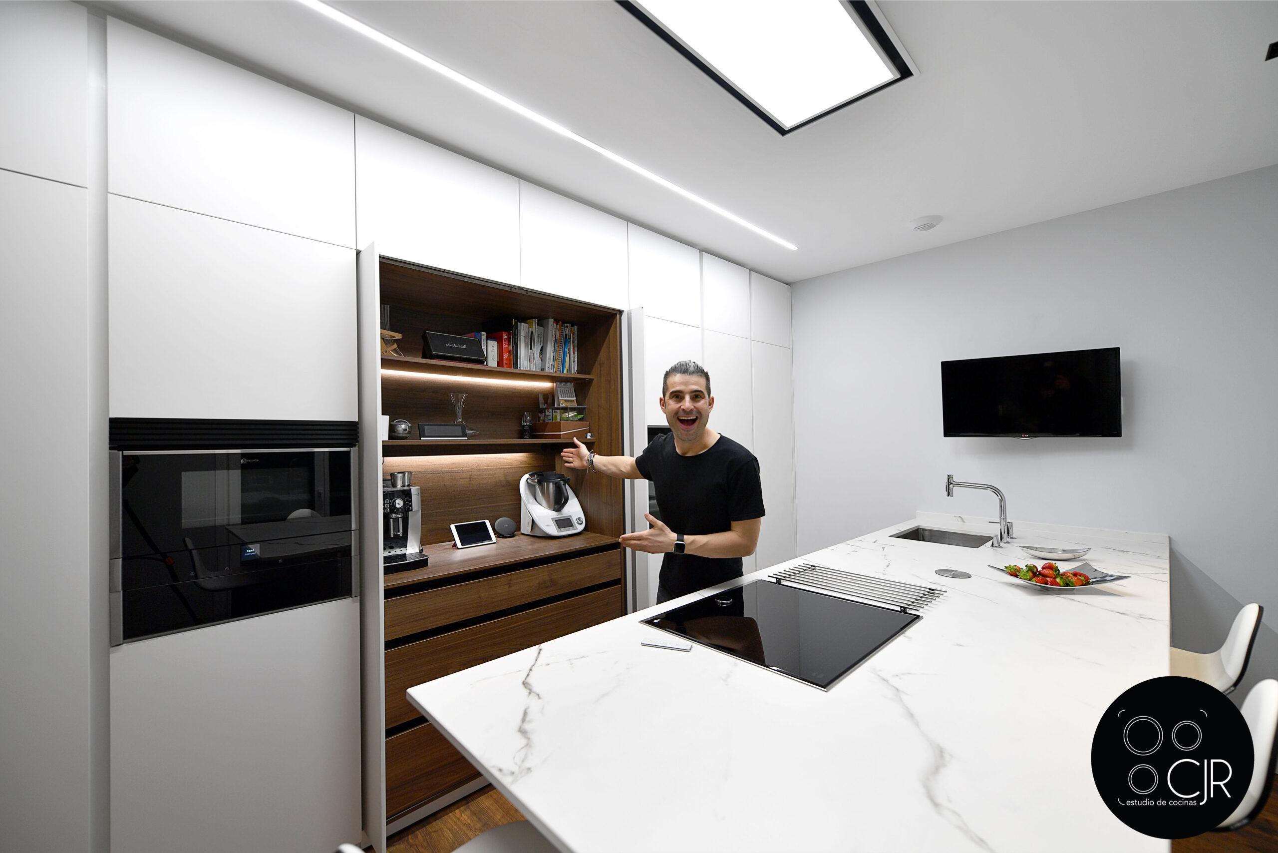 Presentación de la cocina blanca mate sin tiradores