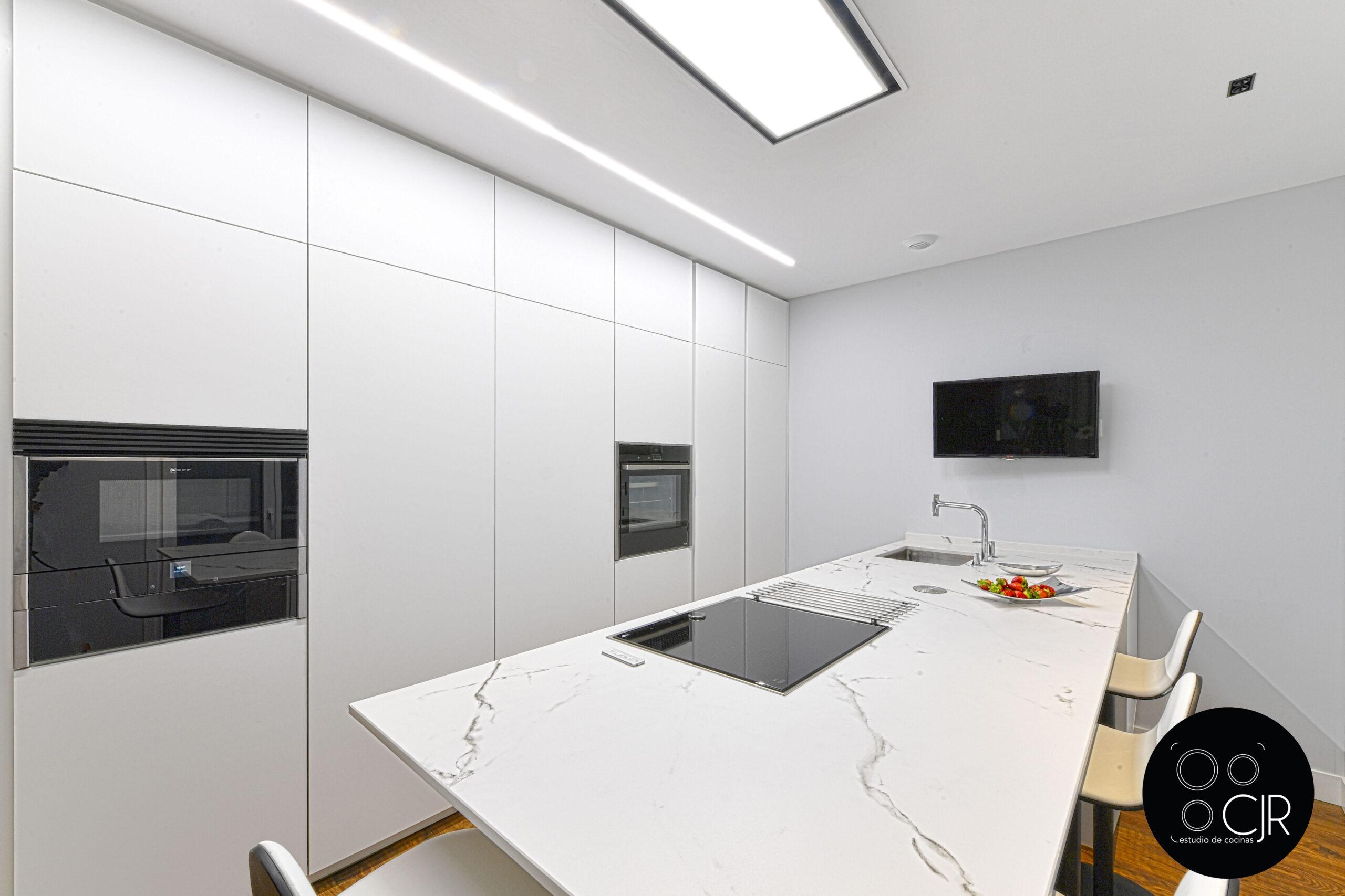 Encimera y muebles altos en cocina blanca mate sin tiradores