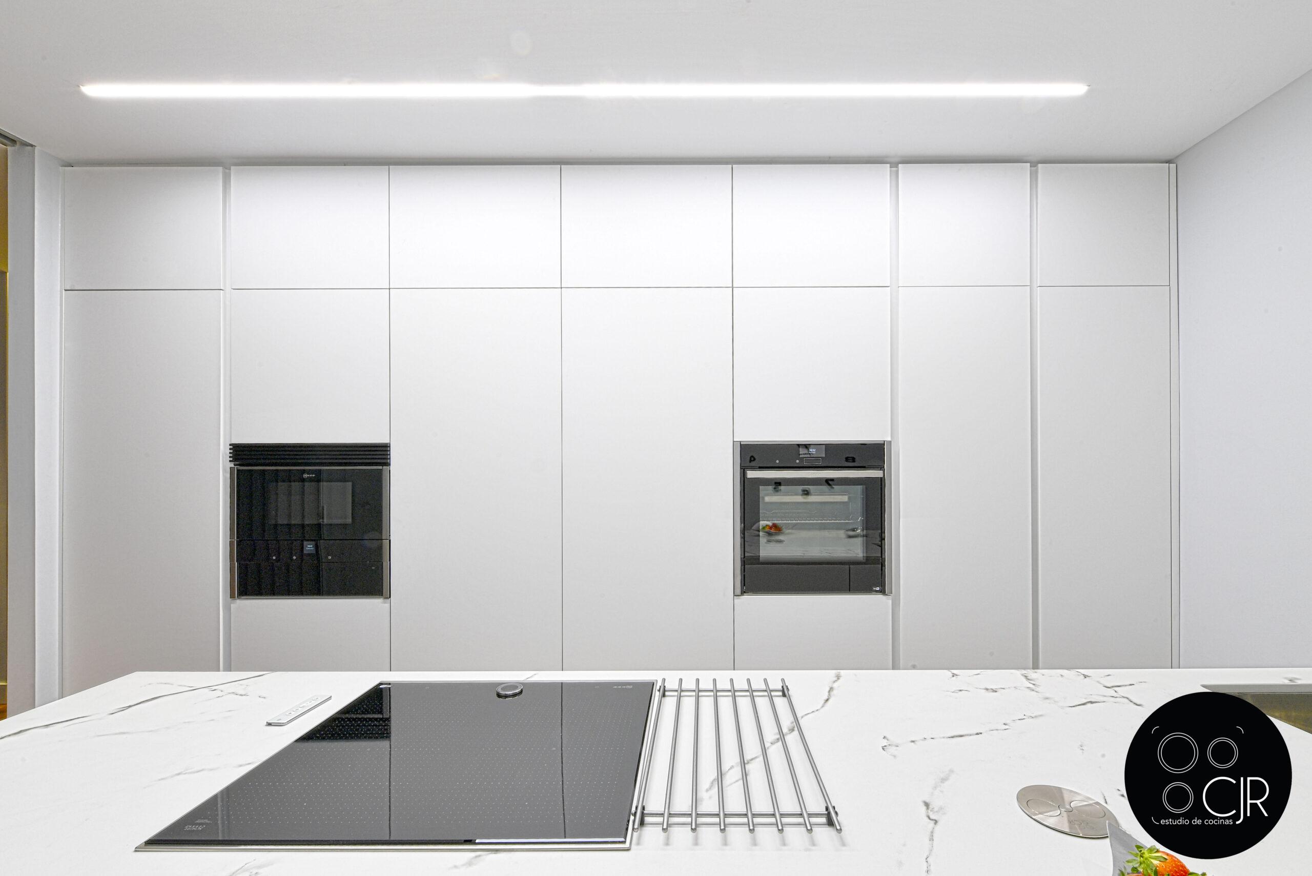 Toda la pared de muebles altos y electrodomésticos cocina blanca mate sin tiradores