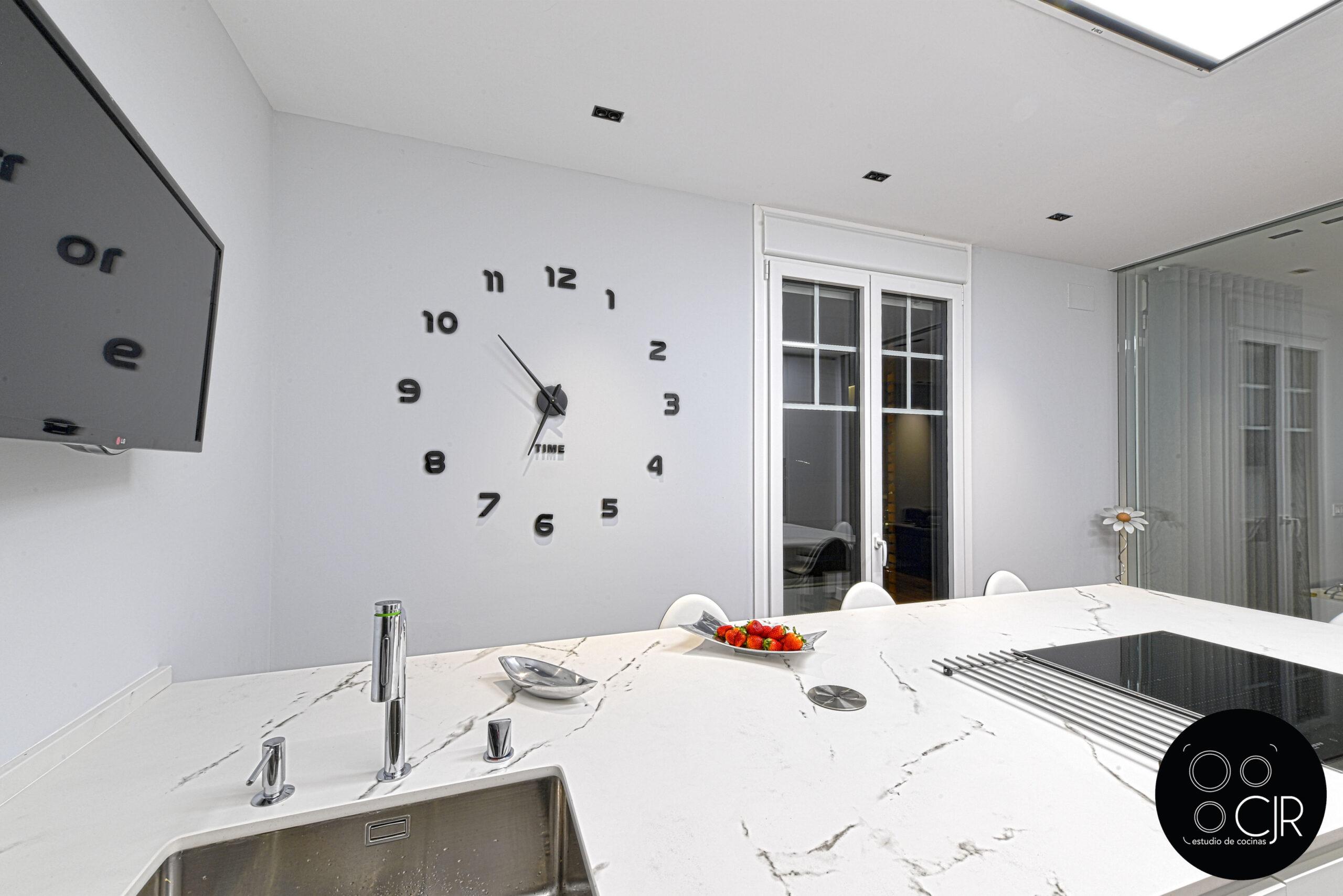 Encimera y pared de cocina blanca mate sin tiradores