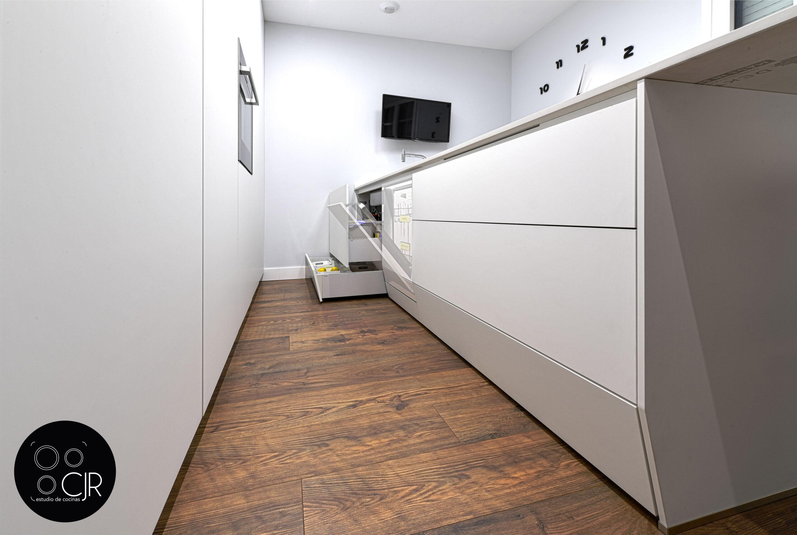 Apertura cajones zócalo en la cocina blanca mate sin tiradores
