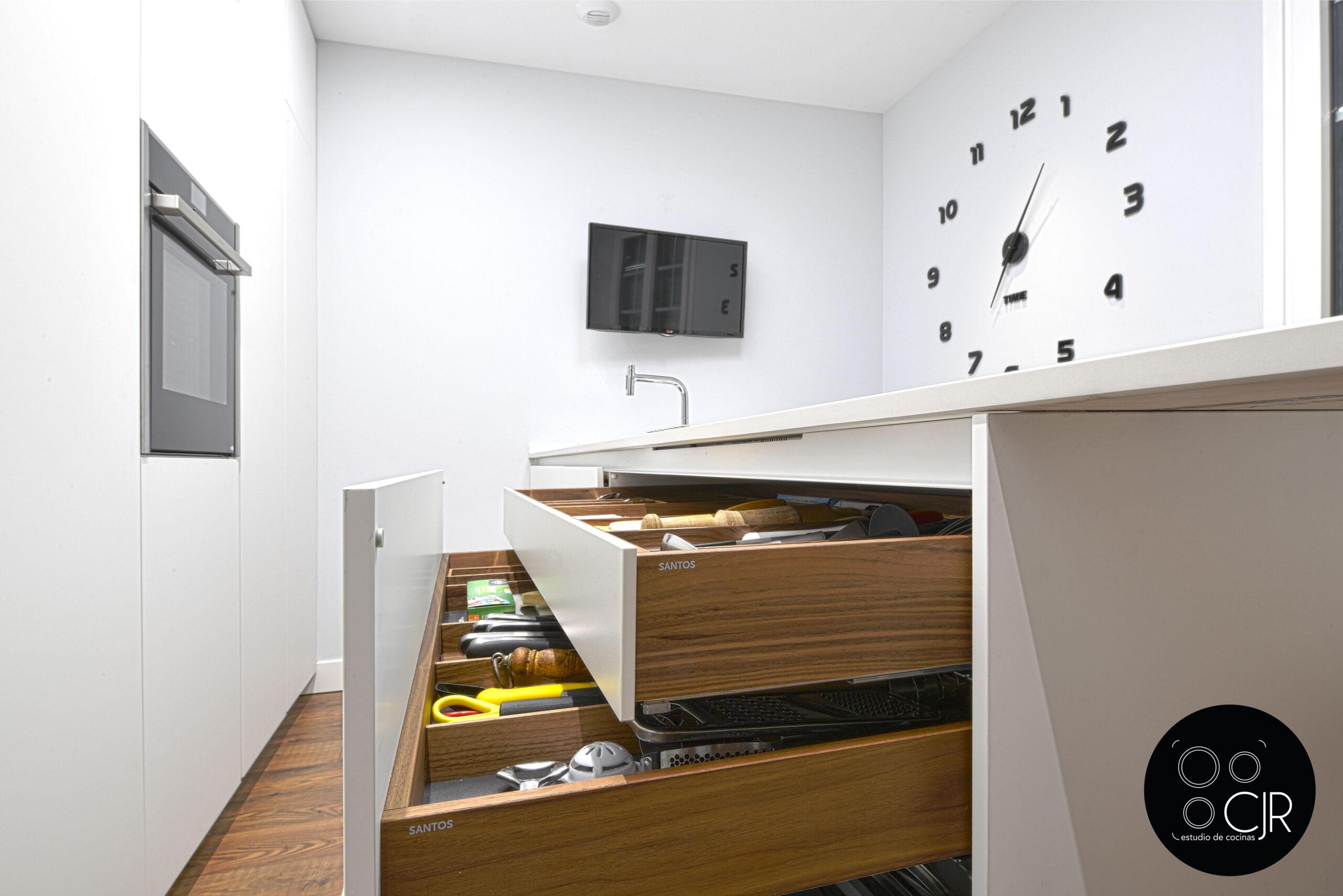 Zona media cajones zócalo en cocina blanca mate sin tiradores