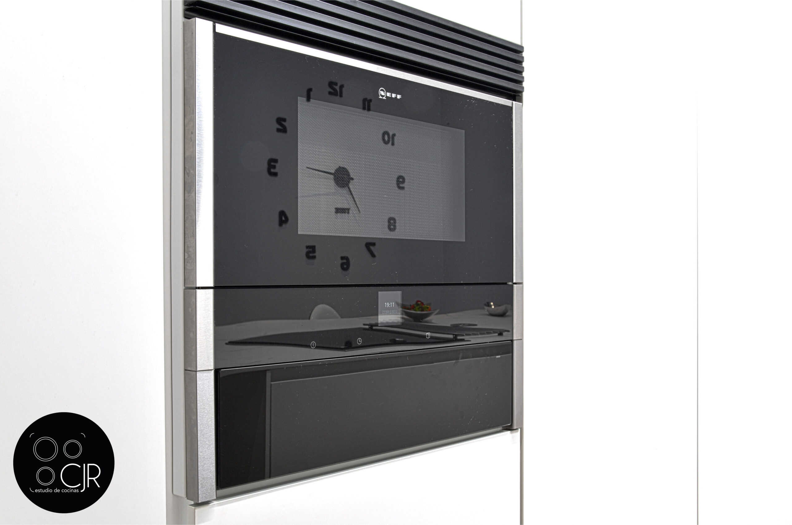 Zona electrodomésticos en la cocina blanca mate sin tiradores