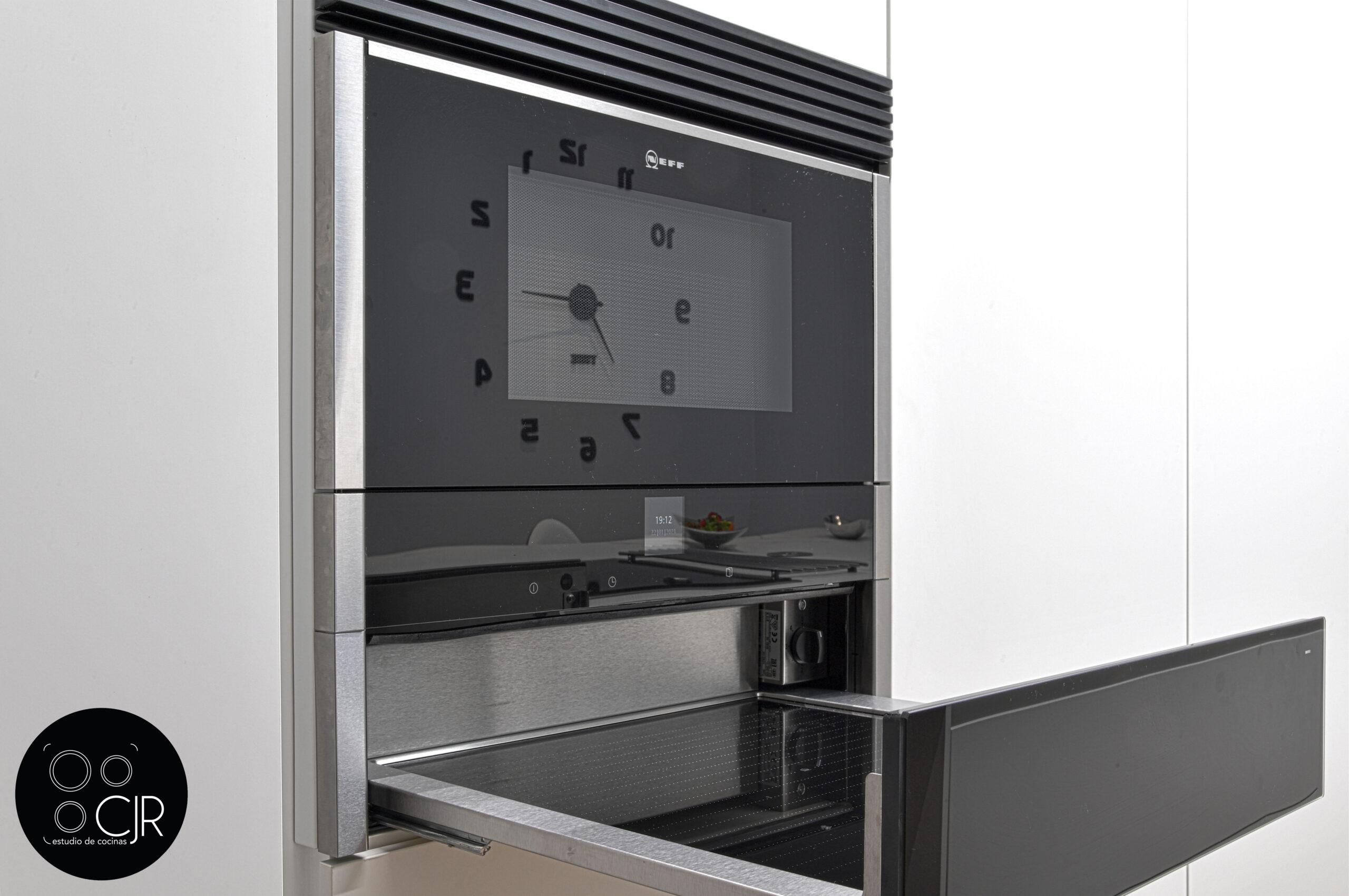Calienta platos electrodomésticos en cocina blanca mate sin tiradores
