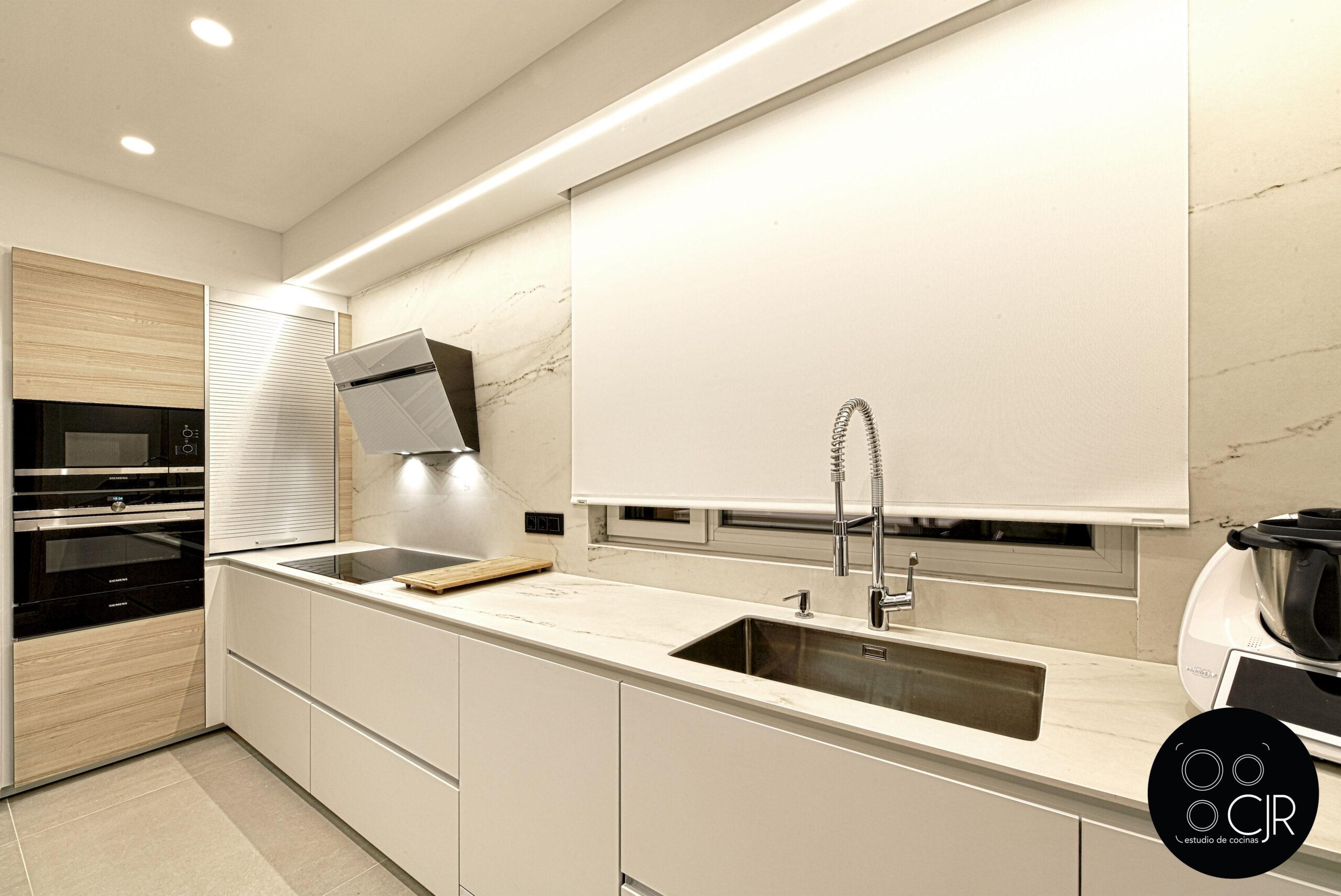 Encimera en dekton rem en la Cocina con isla blanca y madera