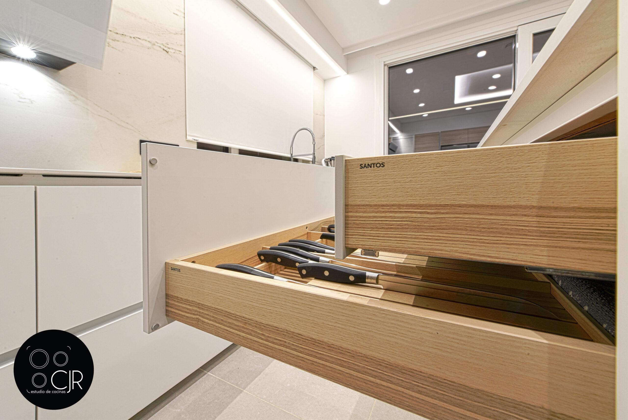 Interior cajones en madera Cocina con isla blanca y madera