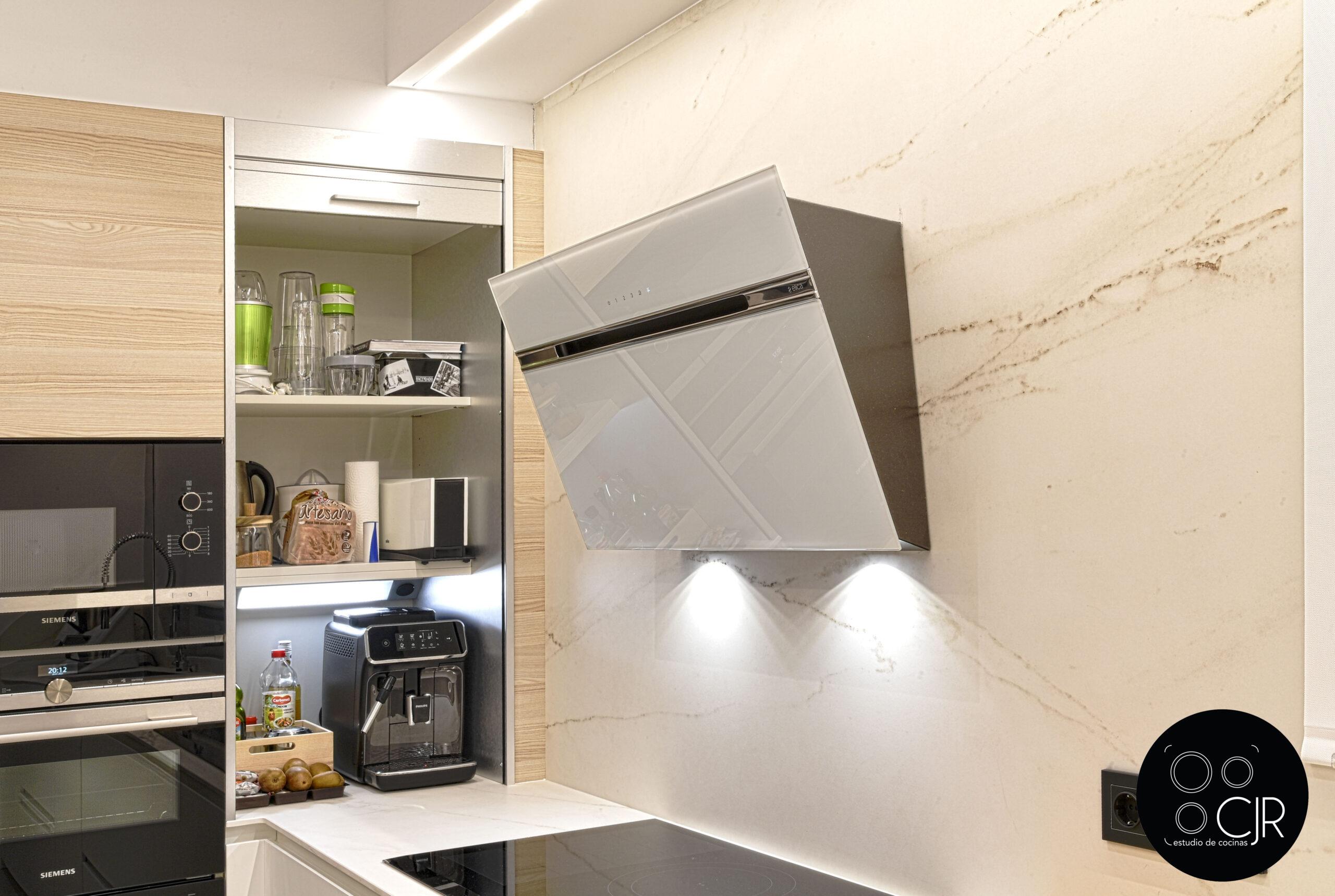 Campana con despensero abierto Cocina con isla blanca y madera