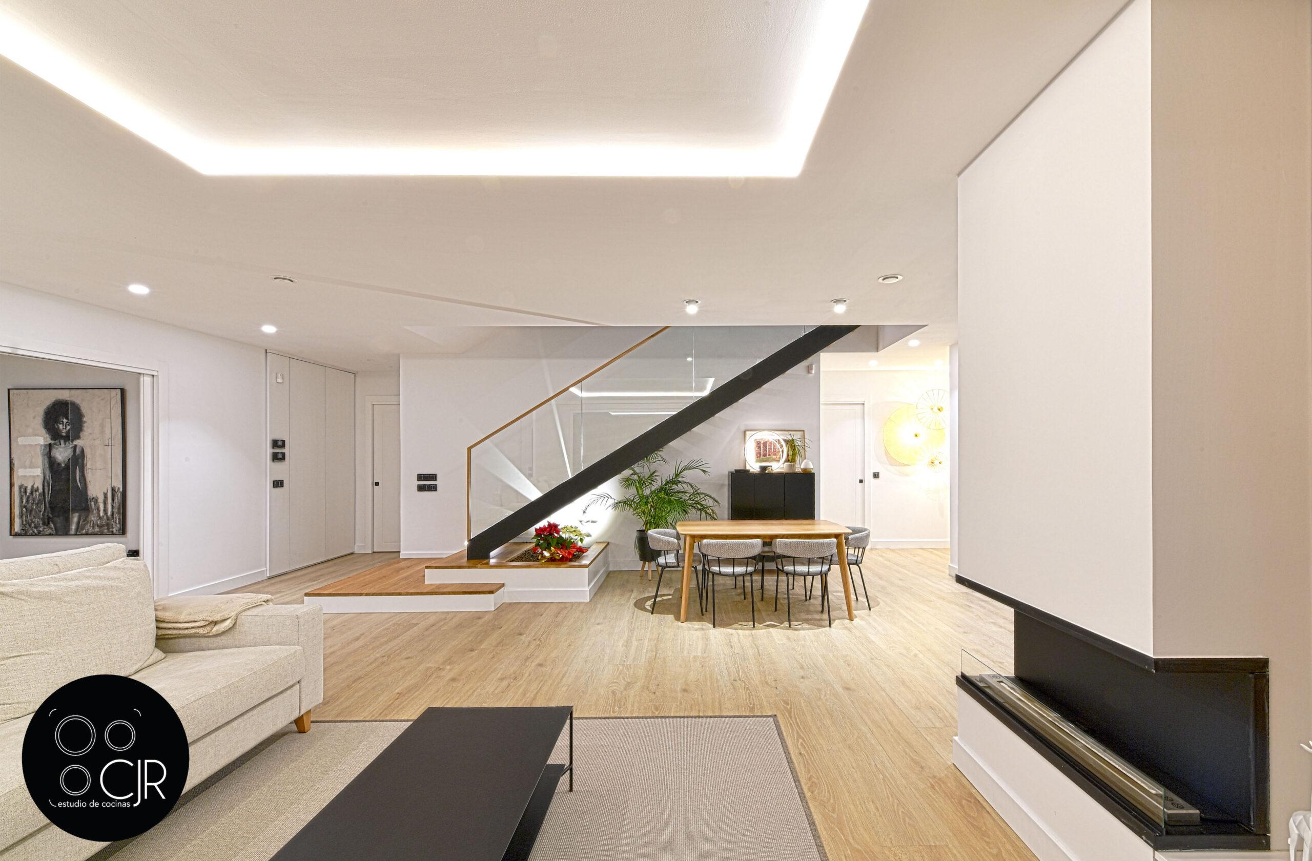 Salón Cocina con isla blanca y madera