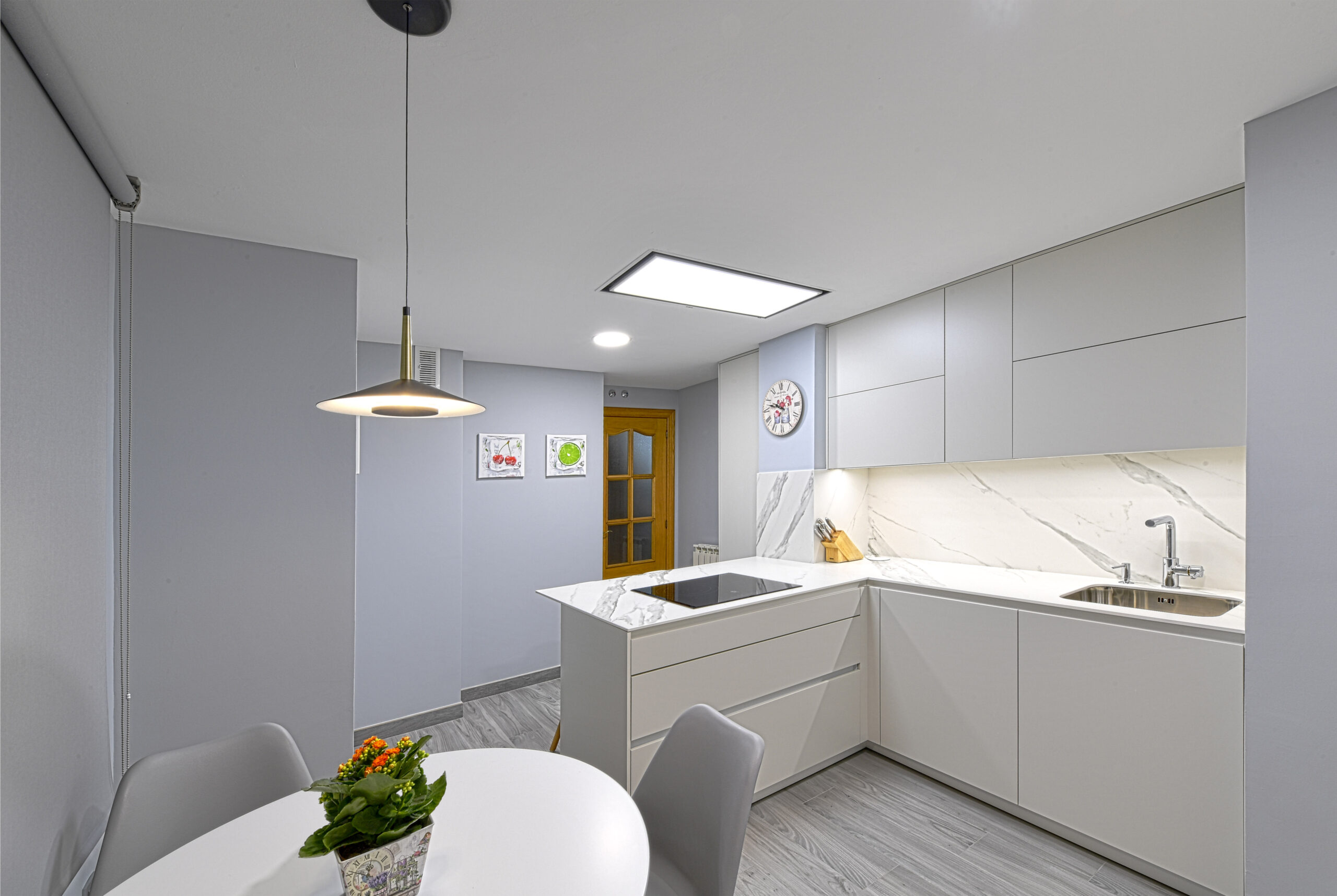 vista desde el interior en angulo de las Cocinas pequeñas con peninsula