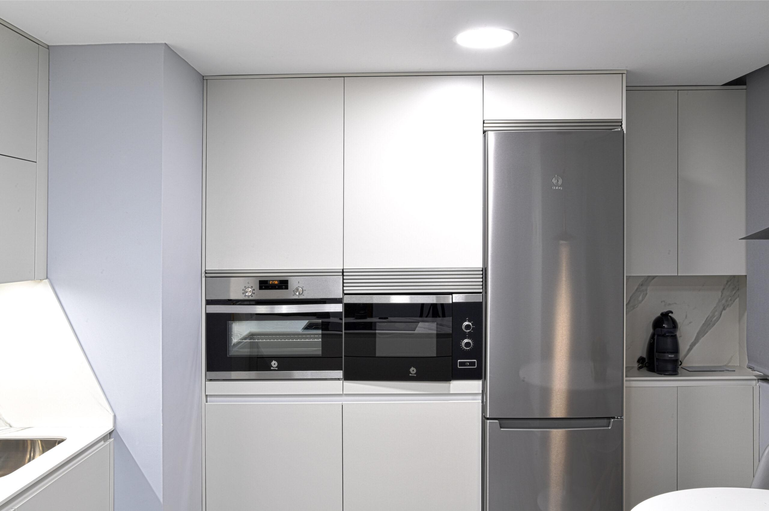 Zona electrodomésticos y torres altas Cocinas pequeñas con peninsula