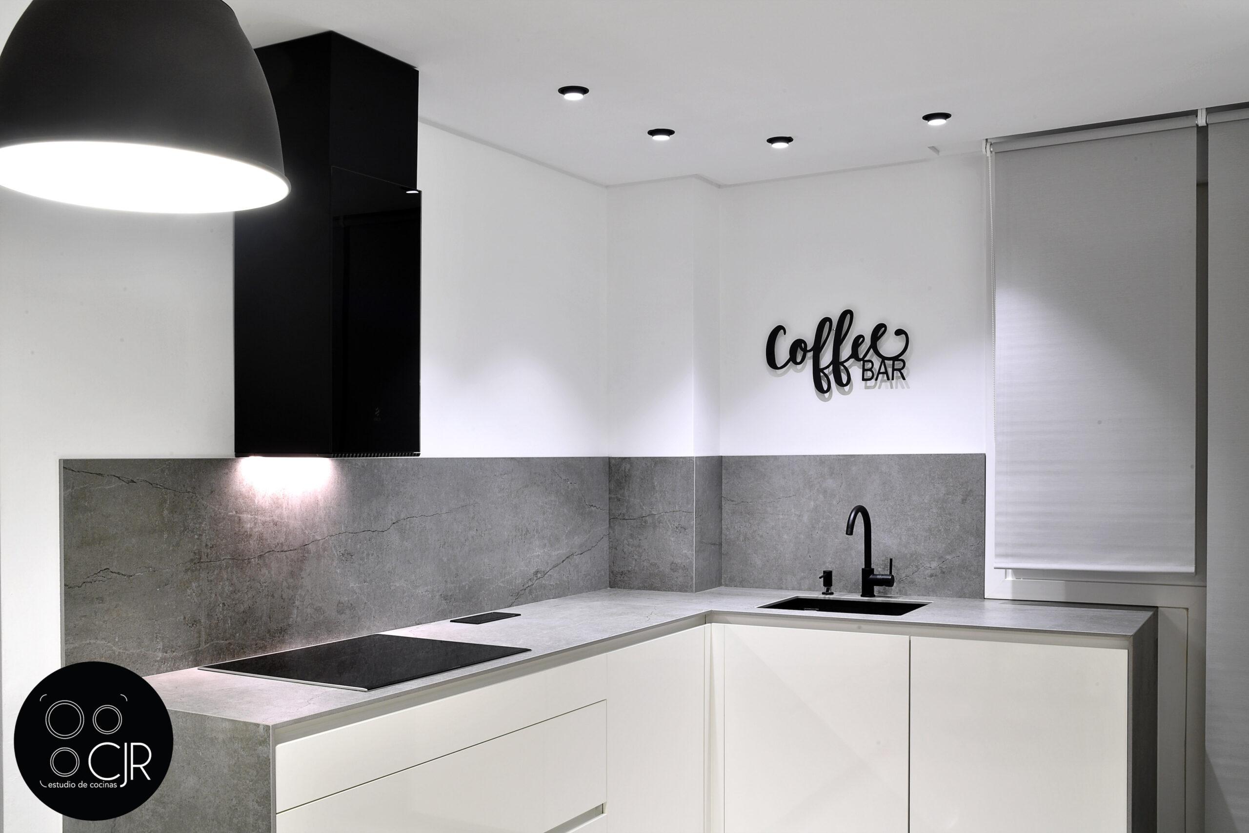 Otra vista general de la cocina blanca con encimera gris marengo