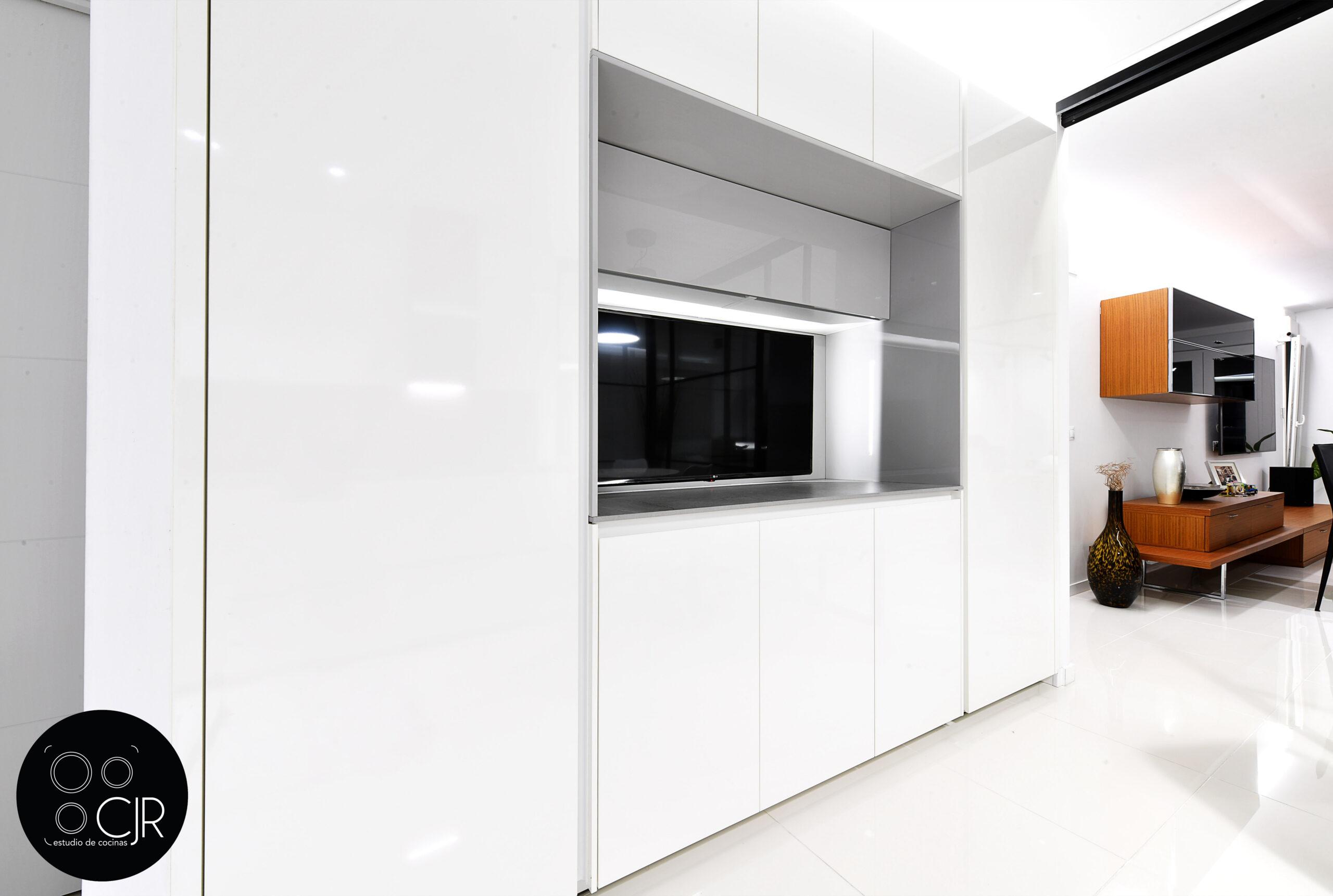 Zona cajoneras en la cocina blanca con encimera gris marengo