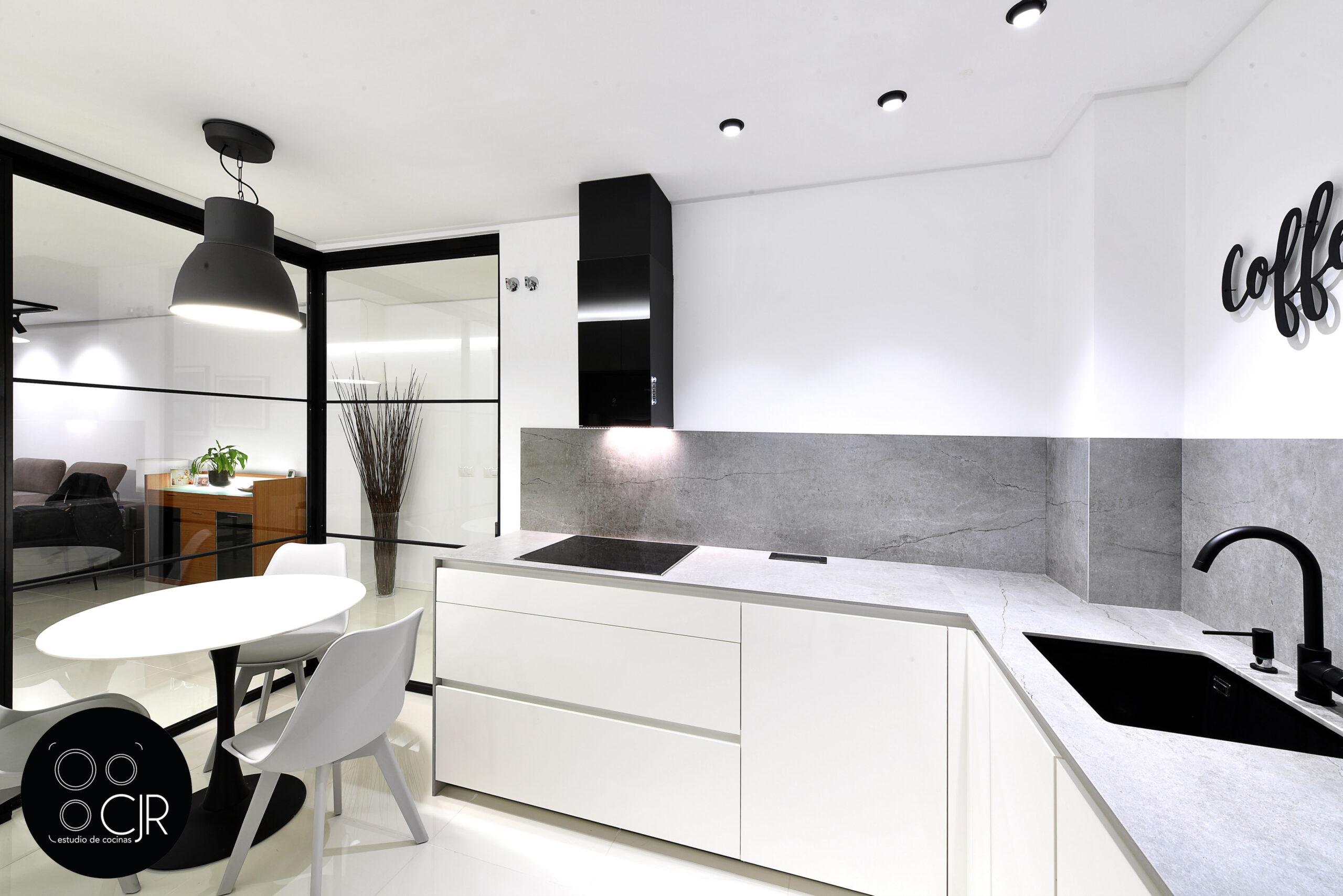 Encimera y campana en la cocina blanca con encimera gris marengo