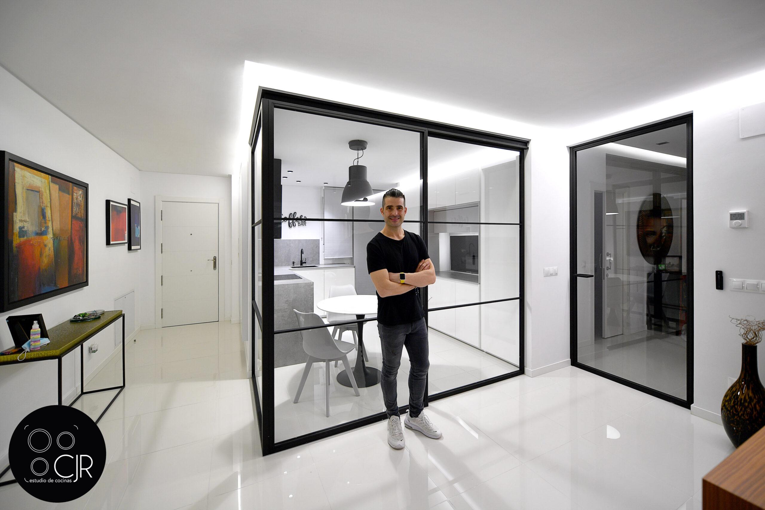 Presentación de la cocina blanca con encimera gris marengo