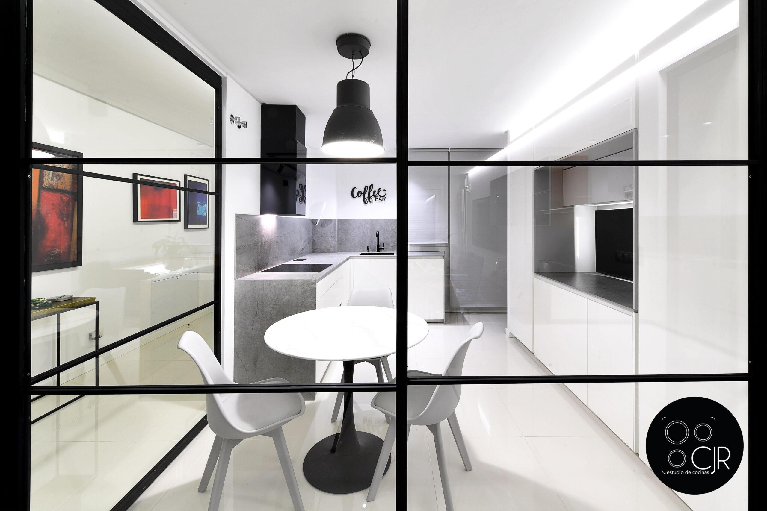 Vista exterior acritalamiento de la cocina blanca con encimera gris marengo