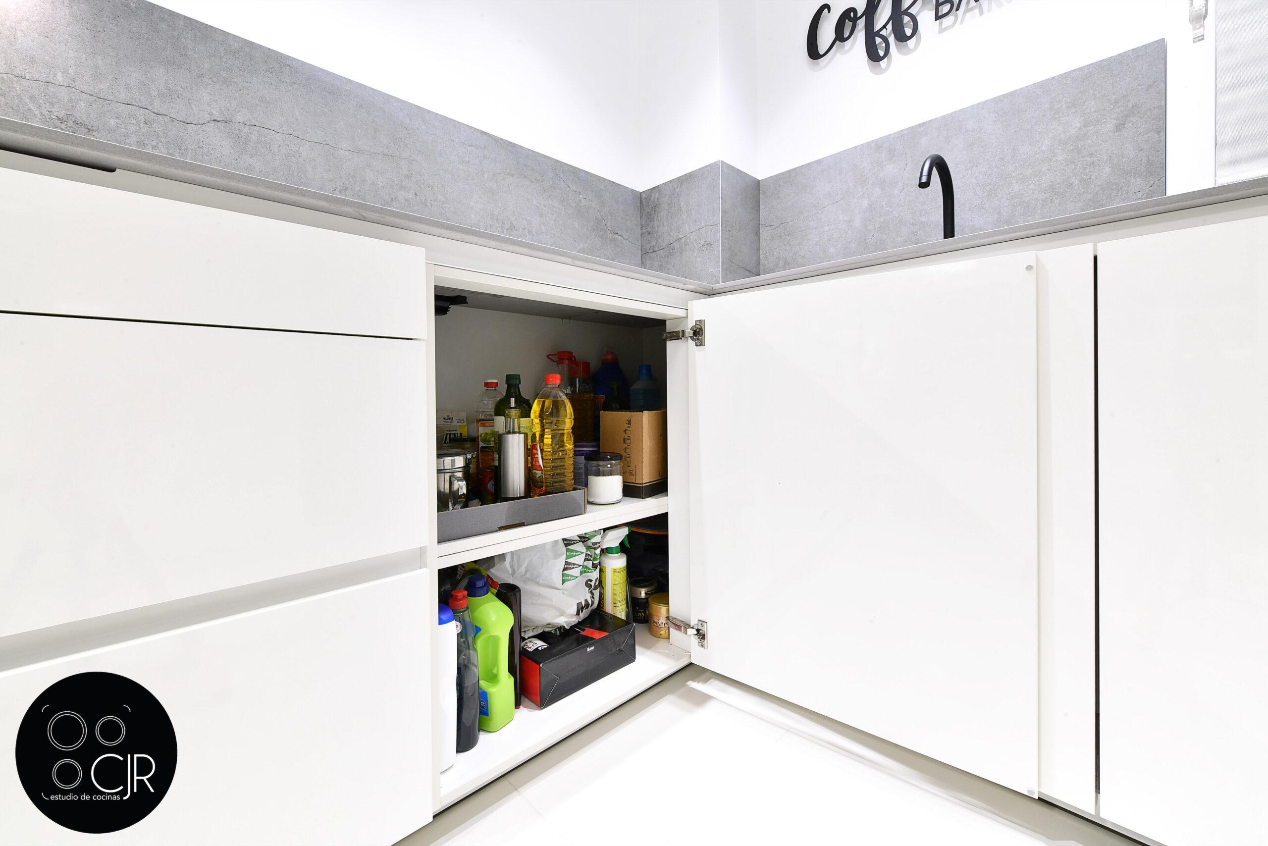 Cajón inferior encimera de la cocina blanca con encimera gris marengo