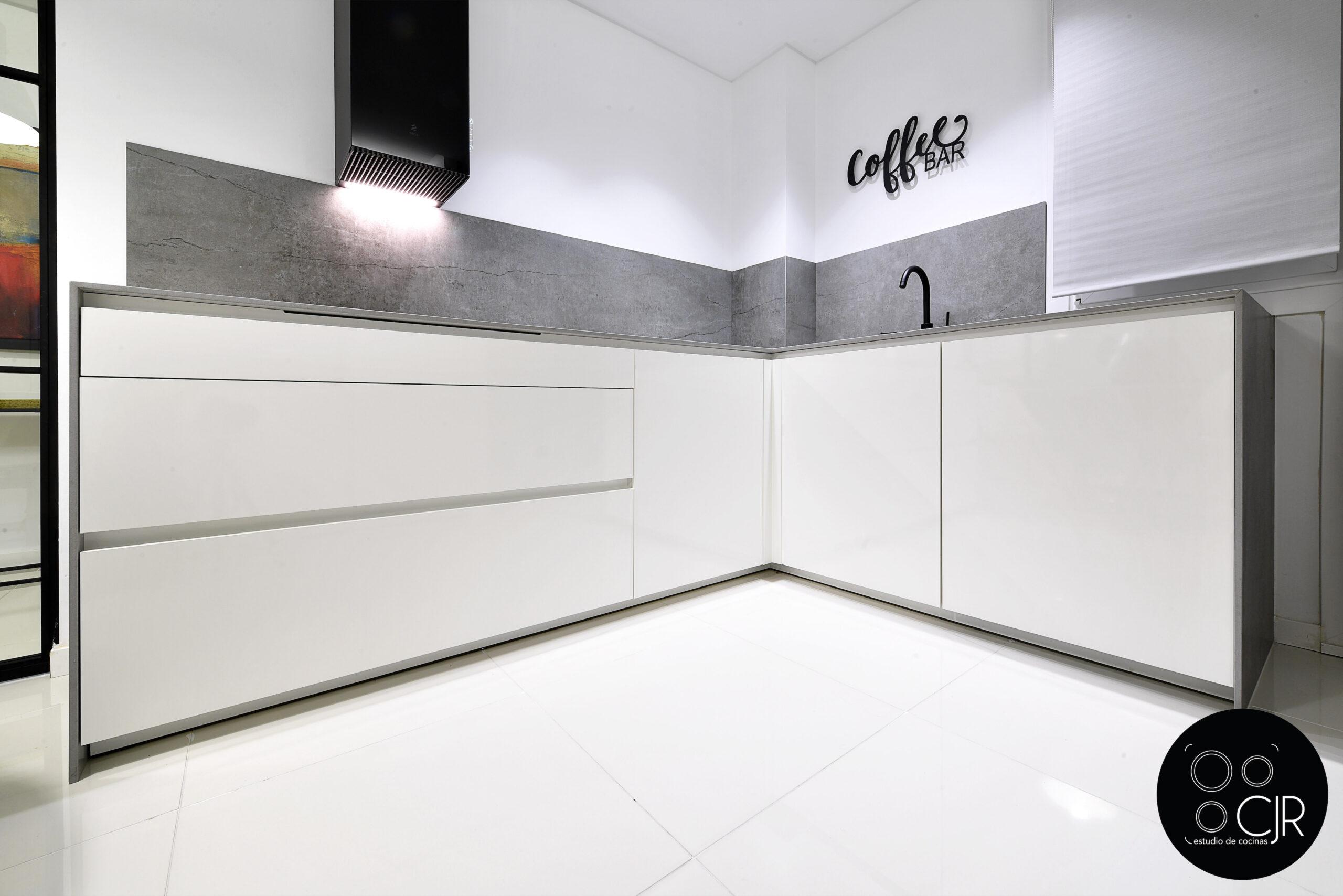 Vista frontal cajones encimera cocina blanca con encimera gris marengo