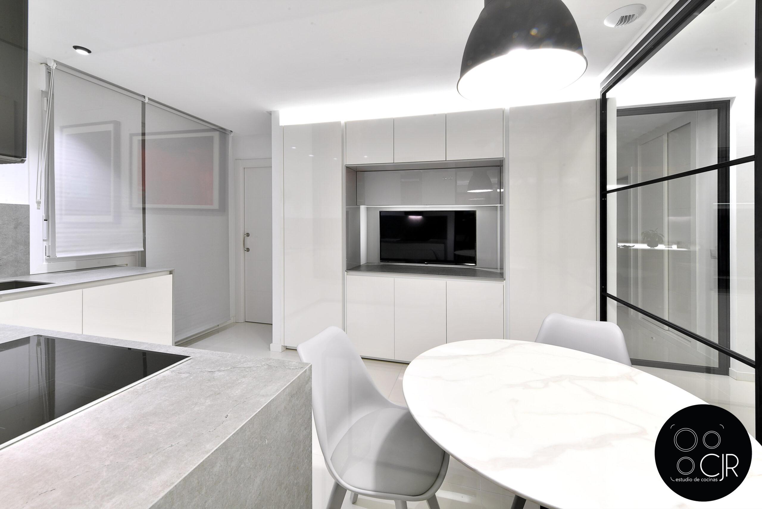Visión general de la cocina blanca con encimera gris marengo