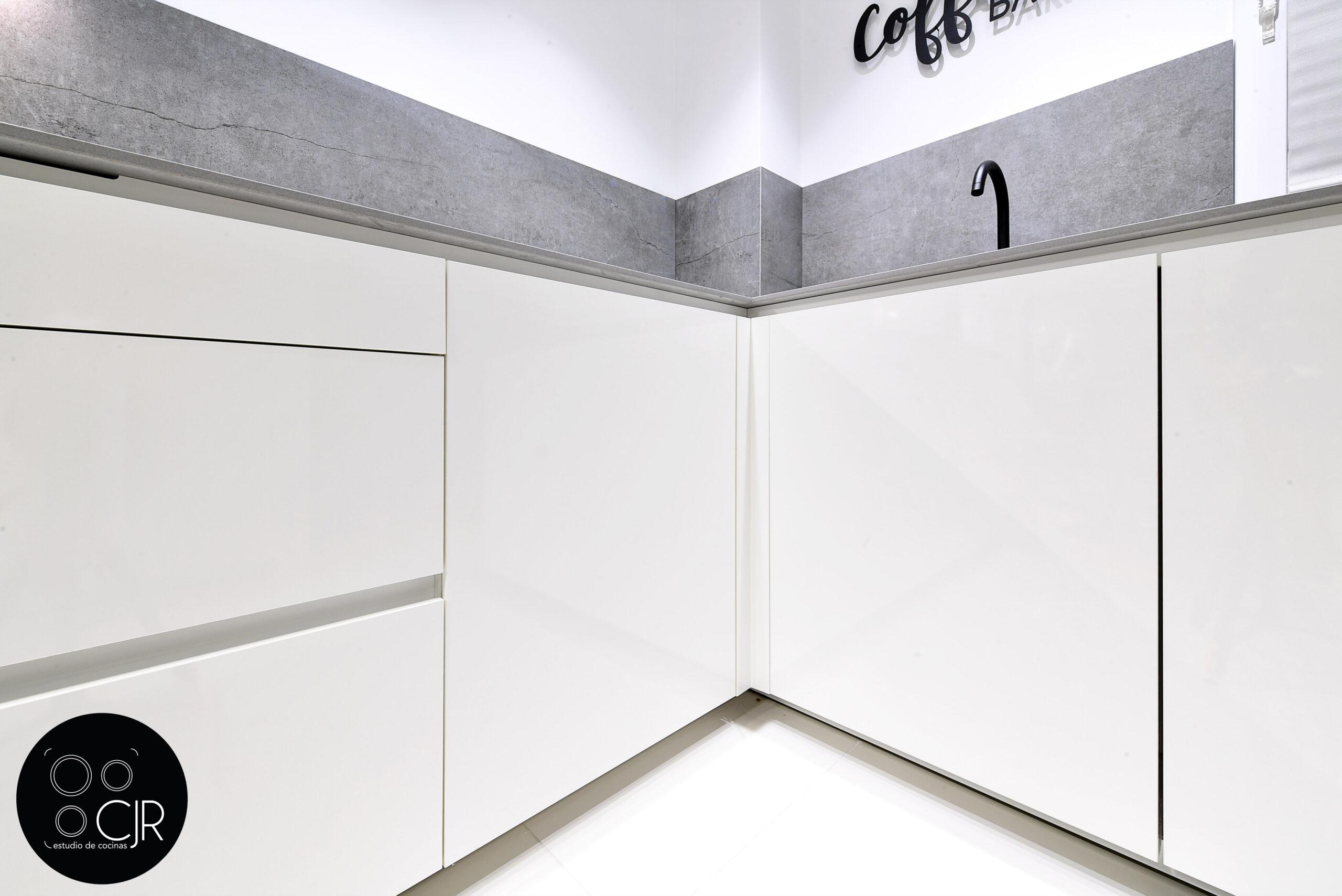 Esquina de cajones inferiores encimera cocina blanca con encimera gris marengo