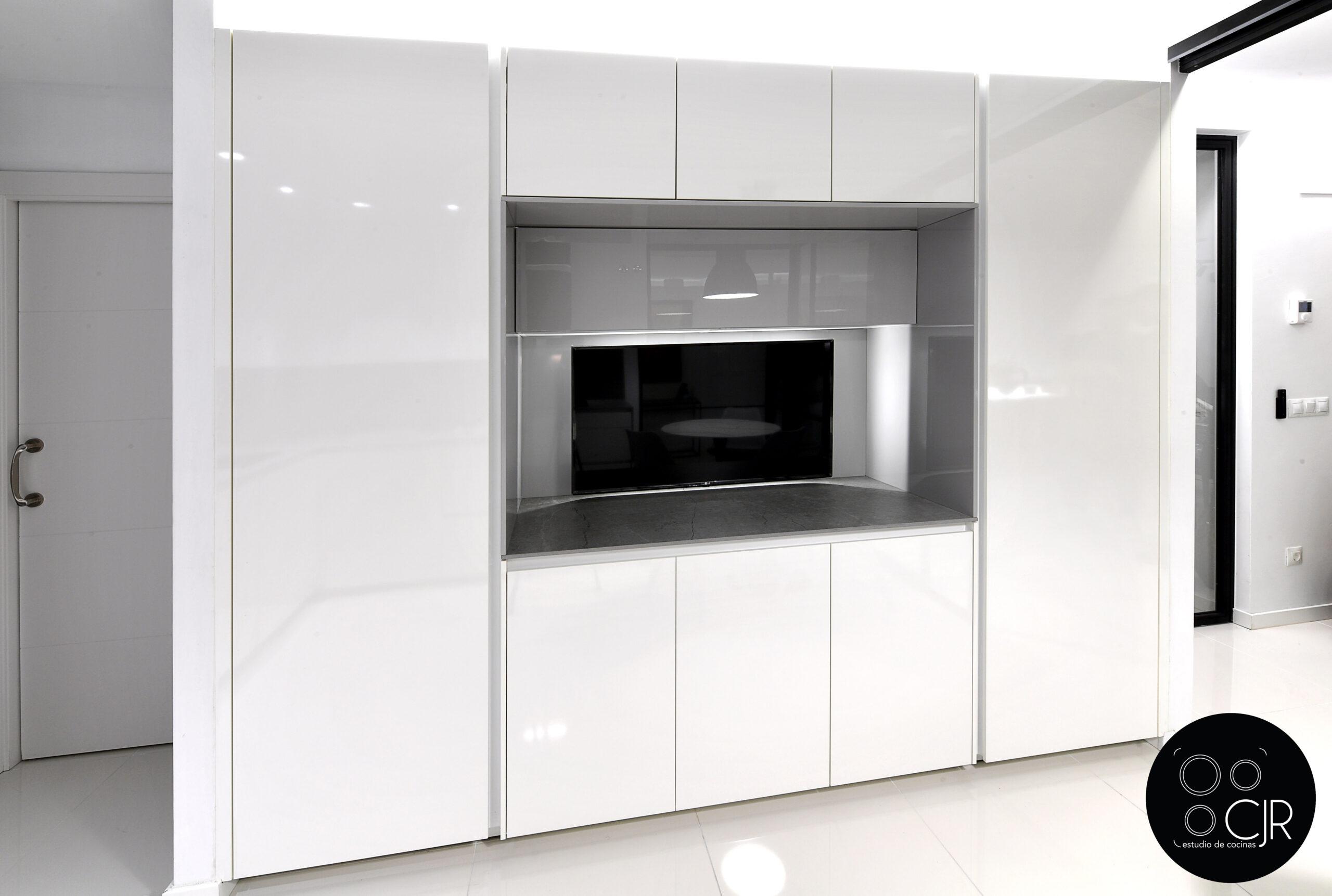Zona torres en la cocina blanca con encimera gris marengo